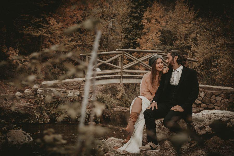 fotógrafo de bodas en Sierra Mariola haciendo un reportaje postboda en otoño