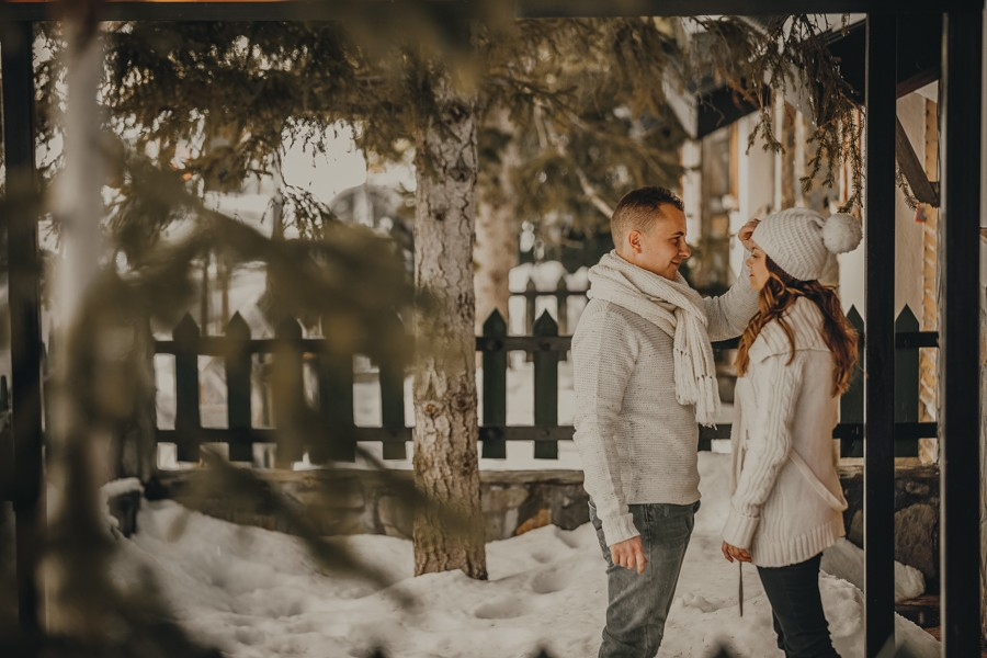 pareja juega en la nieve
