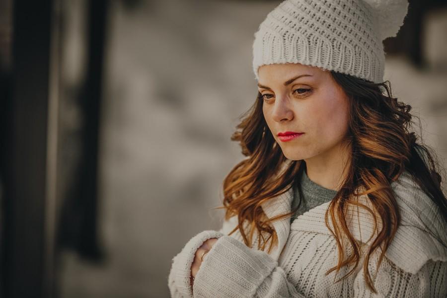 chica con gorro de lana blanco