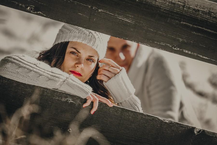 pareja en la nieve en una escalera de madera