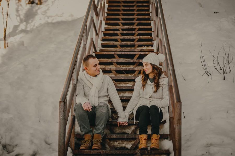 preboda en la nieve, pareja en una escalera de madera
