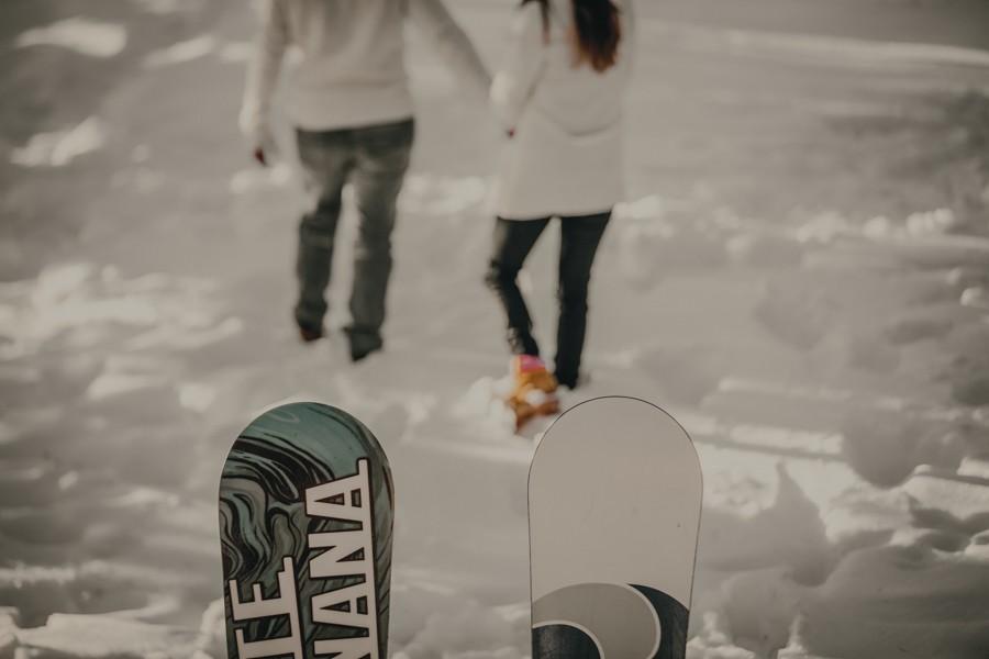 preboda en la nieve con tabla de snowboard