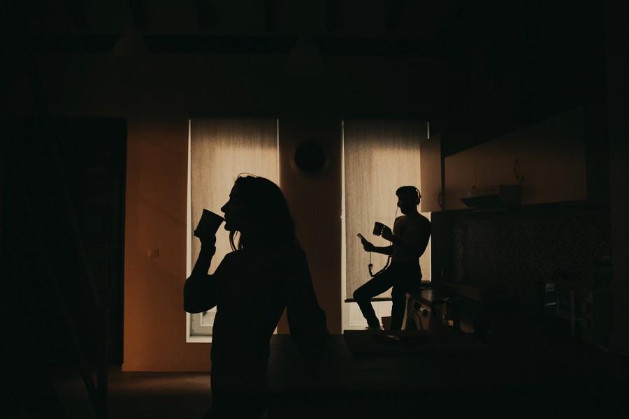 a contra luz, pareja desayunando