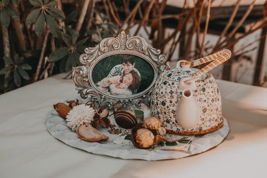 Tetera de porcelana con una foto enmarcada