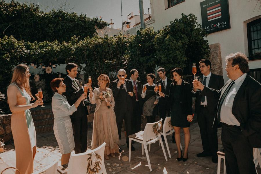 Invitados de boda en Altea brindando