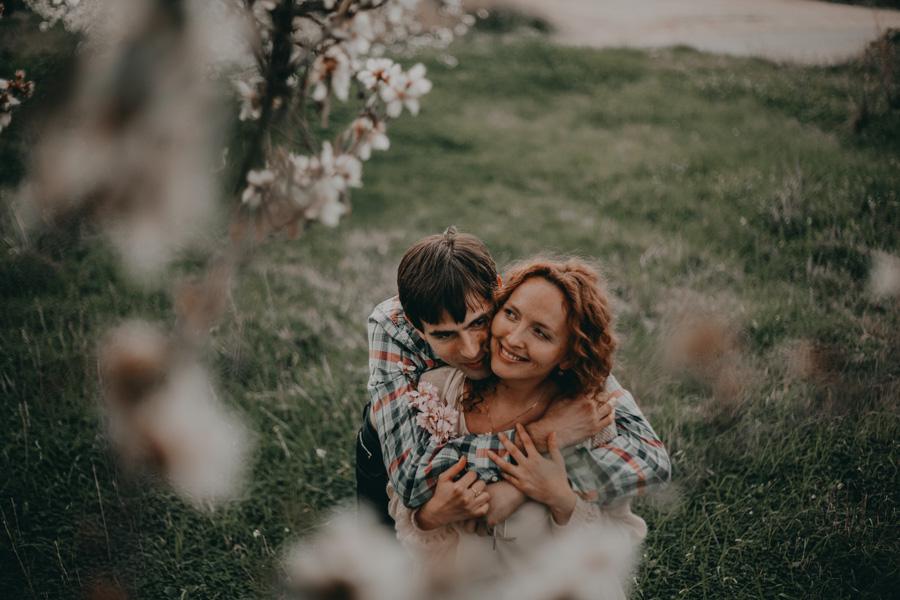 pareja en el campo de almendros en flor