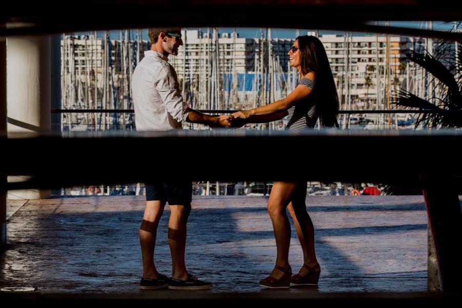 pareja en el puerto de Alicante cogidos de la mano