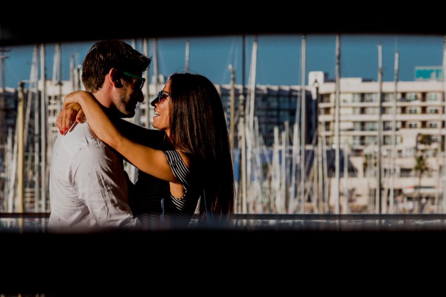 pareja en el puerto de Alicante se miran