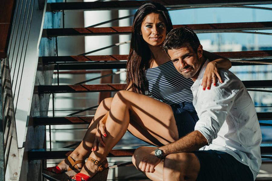 pareja en el puerto de Alicante sentados en una escalera