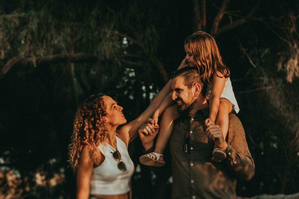 oscar saray y su hija caminado por la naturaleza