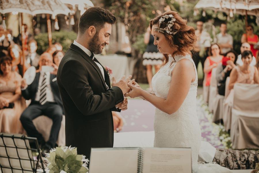 Momento de intercambio de anillos en una Ceremonia en el Hotel Huerto del Cura de Elche