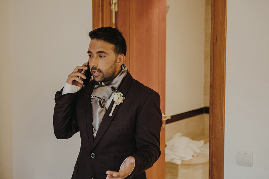 novio hablando por teléfono