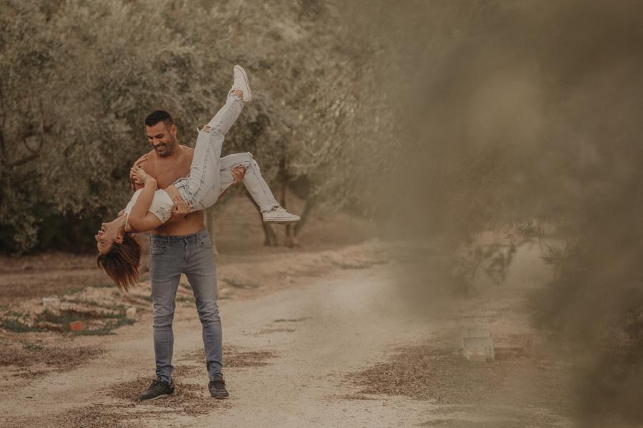 fotos de pareja en un campo de olivos