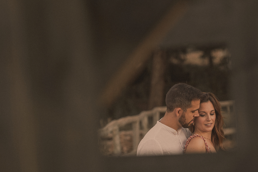 la pareja parada , Noemí cierra los ojos  , el novio acerca su cara, la escena se ve enmarcada entre los escalones de un mirador , esta es una preboda natural